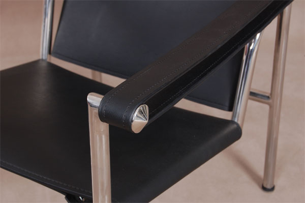 LC1库布西耶扶手工艺椅在1928年由LeCorbusier,PierreJeanneret,CharlottePeriand共同完成.椅子有一个活动的靠背,可以任由你调整到最舒服的角度.   柯布西耶扶手工艺椅(Basculantchair(LC1))的座垫和靠背是由意大利产奶牛皮制成,有黑白色,和棕白色供选择.      1、金属不锈钢管架,抛光处理 2、厚牛皮垫子 3、可提供奶牛皮垫子  电话:86-0755-82875007 传真:86-0755-82041709 工厂地址:广东省深圳市龙岗